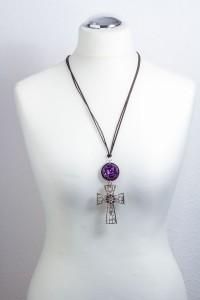 Upcycling Kettenanhänger in lila mit einem Kreuz